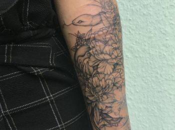 Tattoo Blumen und Schlangen Unterarm Permanent Art